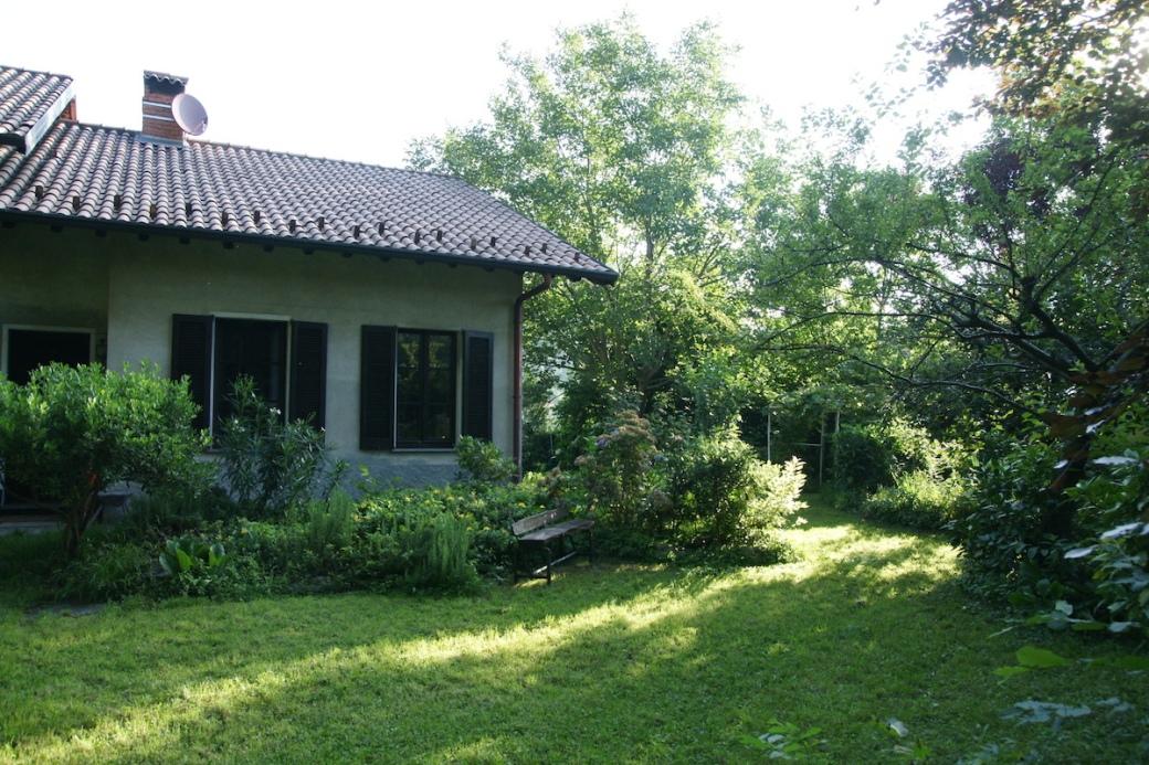 La casa e il giardino in un mattino d'estate